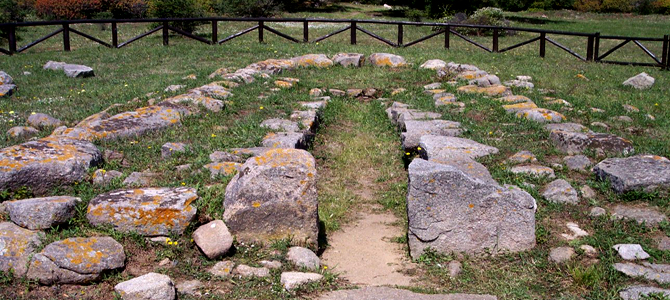 Luogosanto, un tombeau des géants avec une stèle funéraire de 4 metres