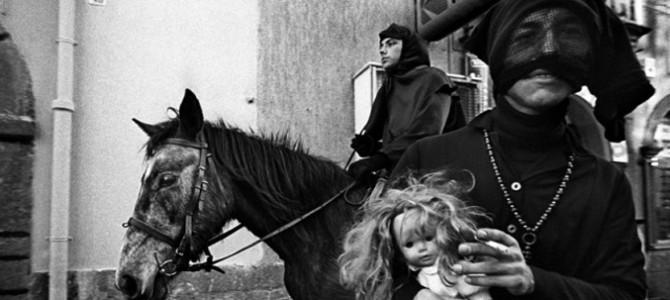 Karrasegare, a Bosa il carnevale si veste di nero e bianco