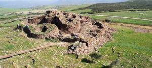 Vista panoramica del sito archeologico con in nuraghe seruci
