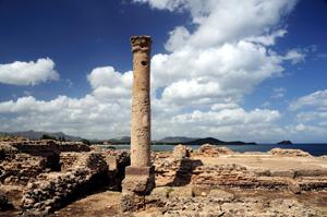 rovine dell'antica città di nora sullo sfondo del mare